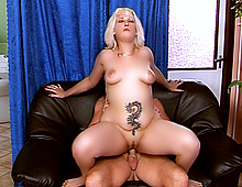 Grosse femme tatouée baisée