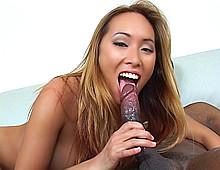 Jeune femme asiatique baisée par un black bien monté
